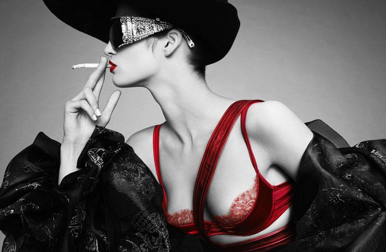 Следующее после Красное, черное, классика - девушка в очках с сигаретой фото.